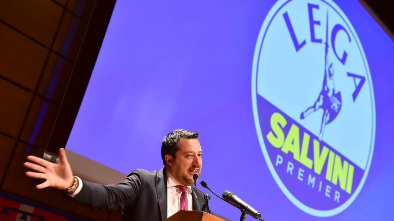 """Salvini al comizio: """"Ho la febbre ma sono qui"""". Polemiche e poi la rettifica"""