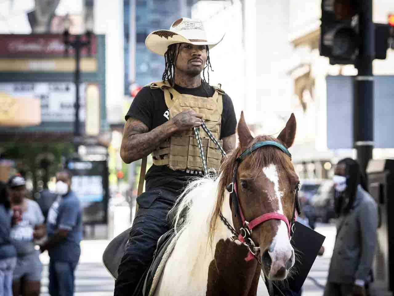 in fuga a cavallo inseguito dalla polizia