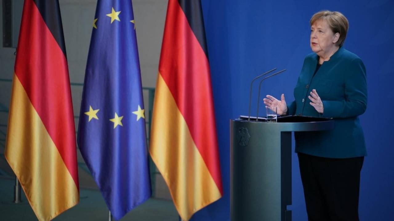 """Merkel: """"Evitate di viaggiare, se non per andare in Italia"""""""
