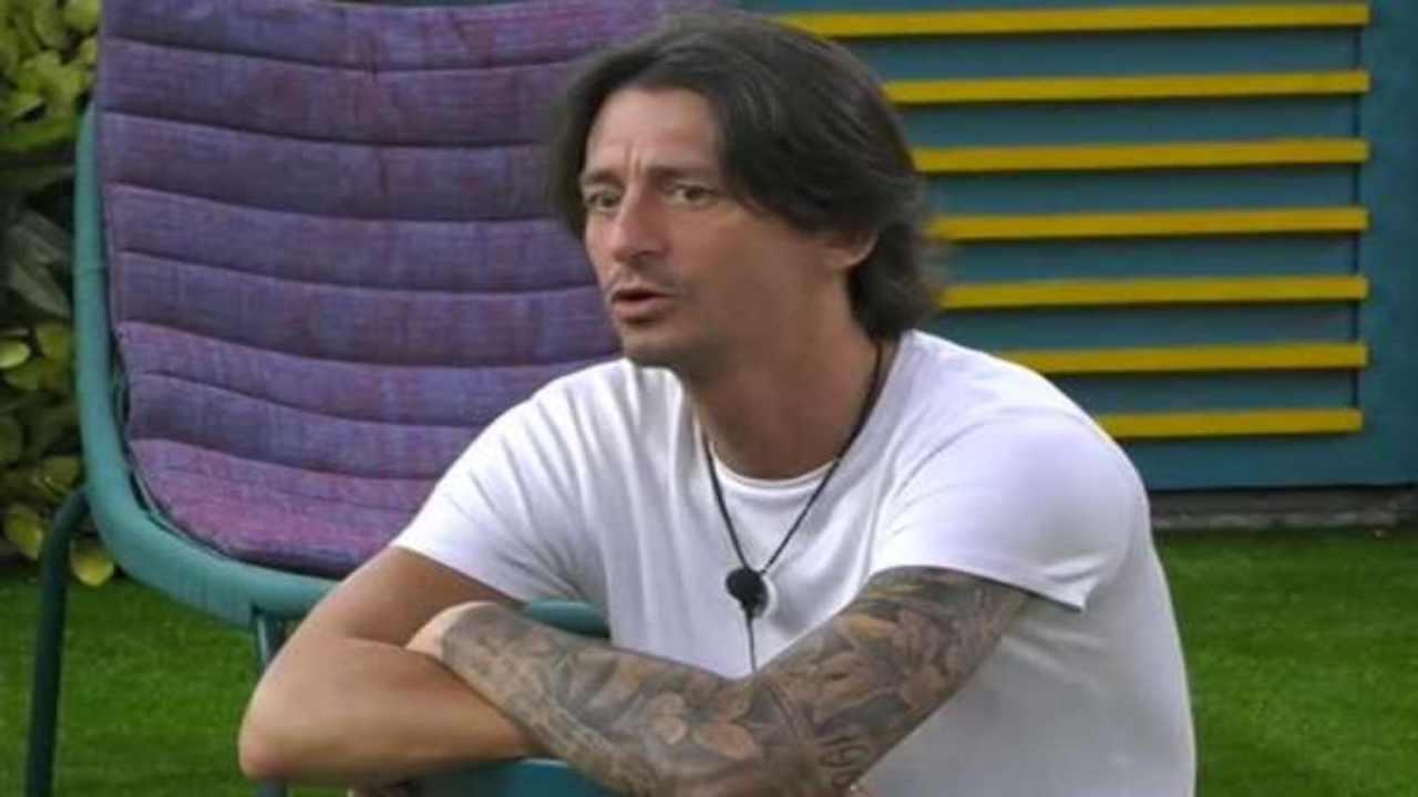 Francesco Oppini in lacrime per la famiglia | Le tappe della sua vita al GF Vip