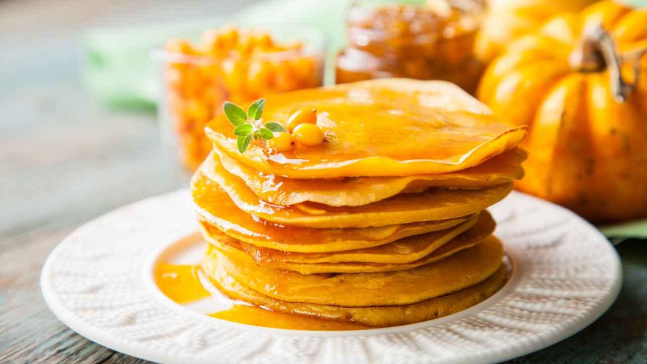 Pancake alla zucca | Una colazione profumata e autunnale