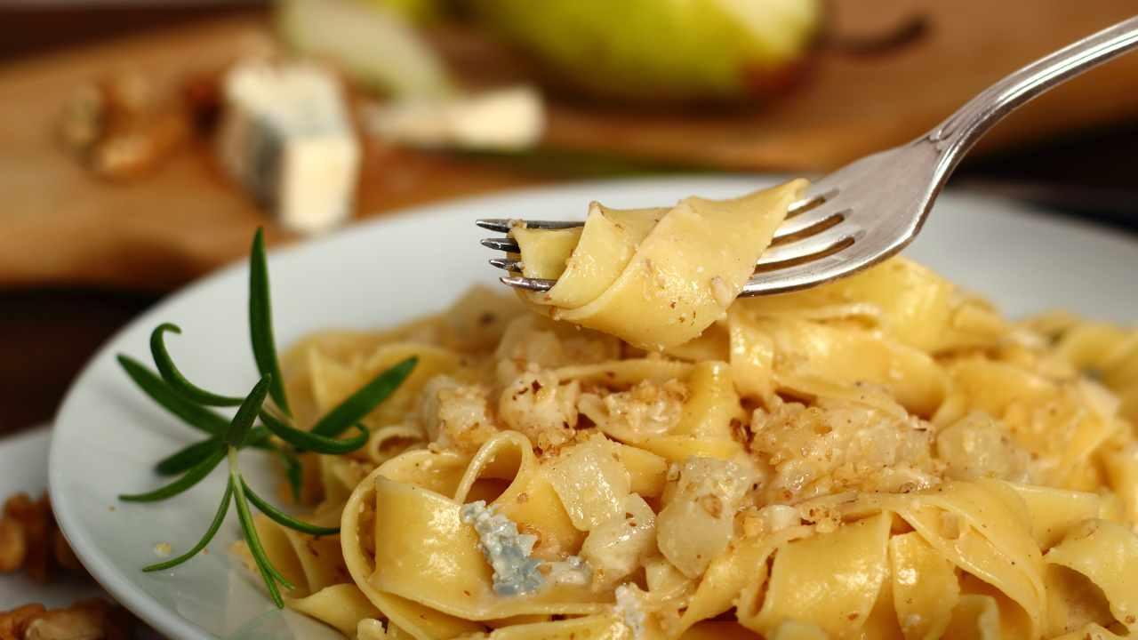 Pasta con noci, pere e gorgonzola | Ricetta pregiata