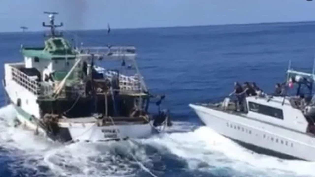 Peschereccio sperona motovedetta italiana: aperto il fuoco nell'inseguimento (VIDEO)