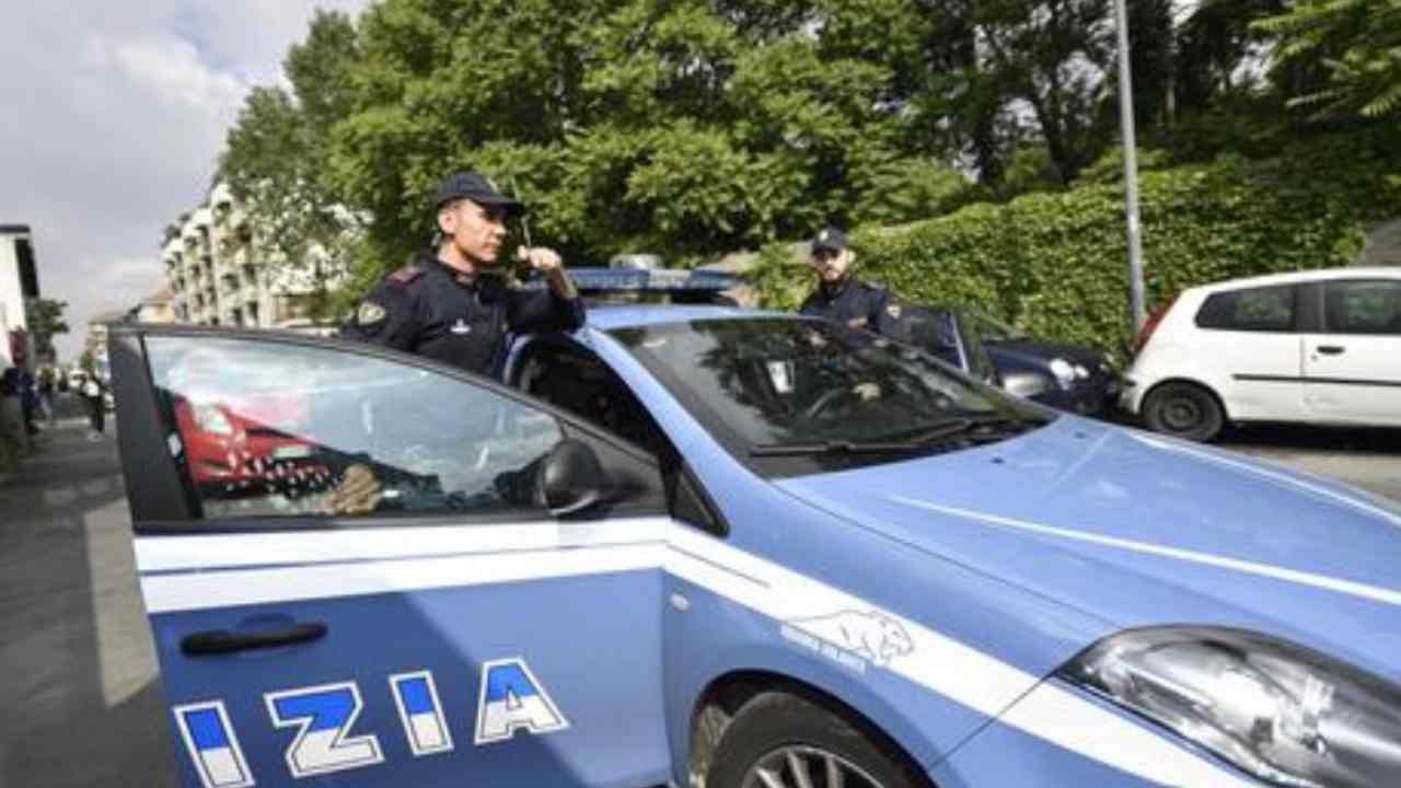 Aggredivano con tirapugni e catene, polizia sgomina banda Ak47