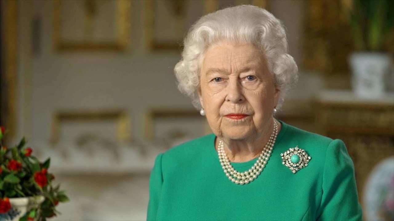 """Regina Elisabetta ha costretto la madre ad assistere al suo funerale da viva: """"Una cosa folle"""""""