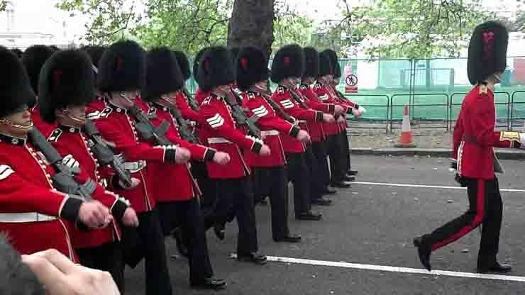 guardie reali fuggono per partecipare a rave party