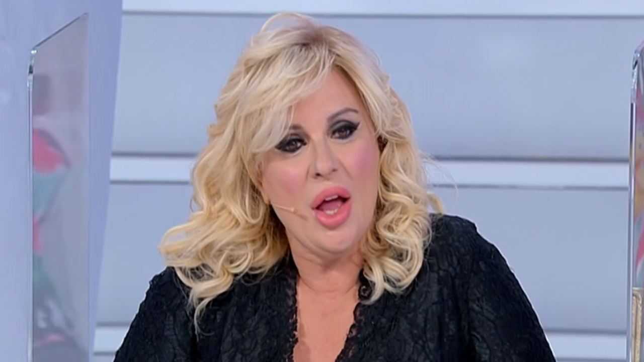 Tina Cipollari fuori onda imbarazzante | Maria De Filippi incastra l'opinionista di Uomini e Donne