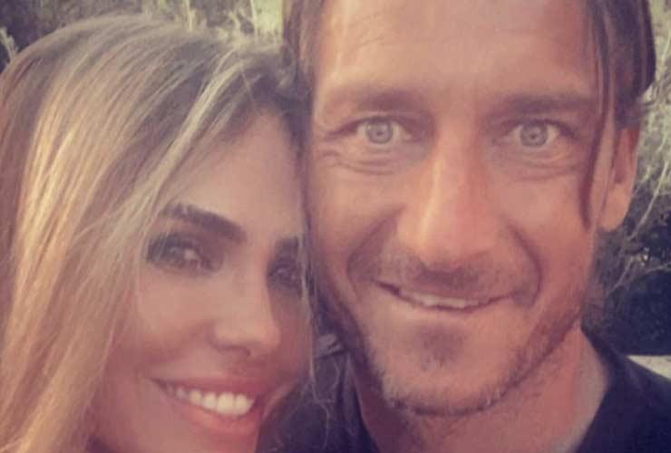 Totti e Ilary Blasi sotto la Torre Eiffel: illegali per la bellezza