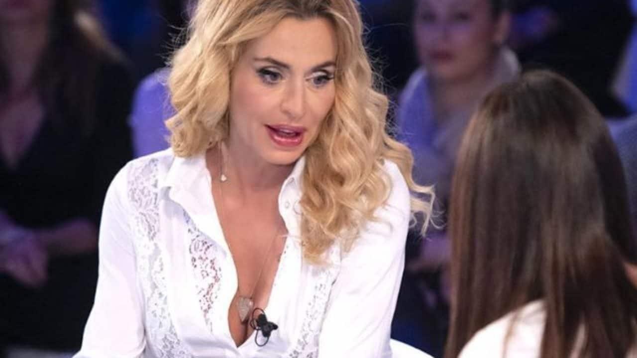 Valeria Marini completamente nuda tra le lenzuola   Lo scatto da censura della vamp