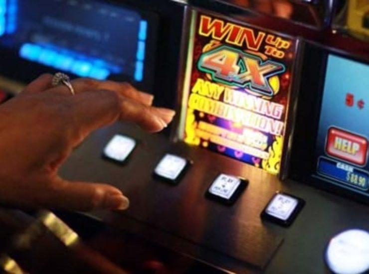 Bisca clandestina con slot illegali in un bar: multa di 400mila euro