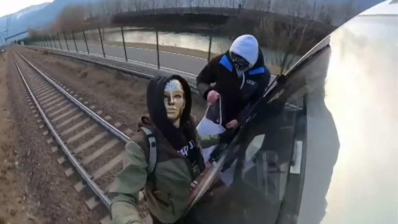 writer imbrattano vagone su treno in corsa