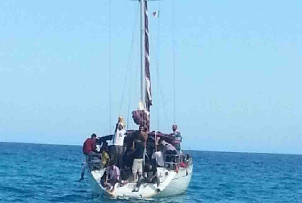 100 migranti calabria barca a vela