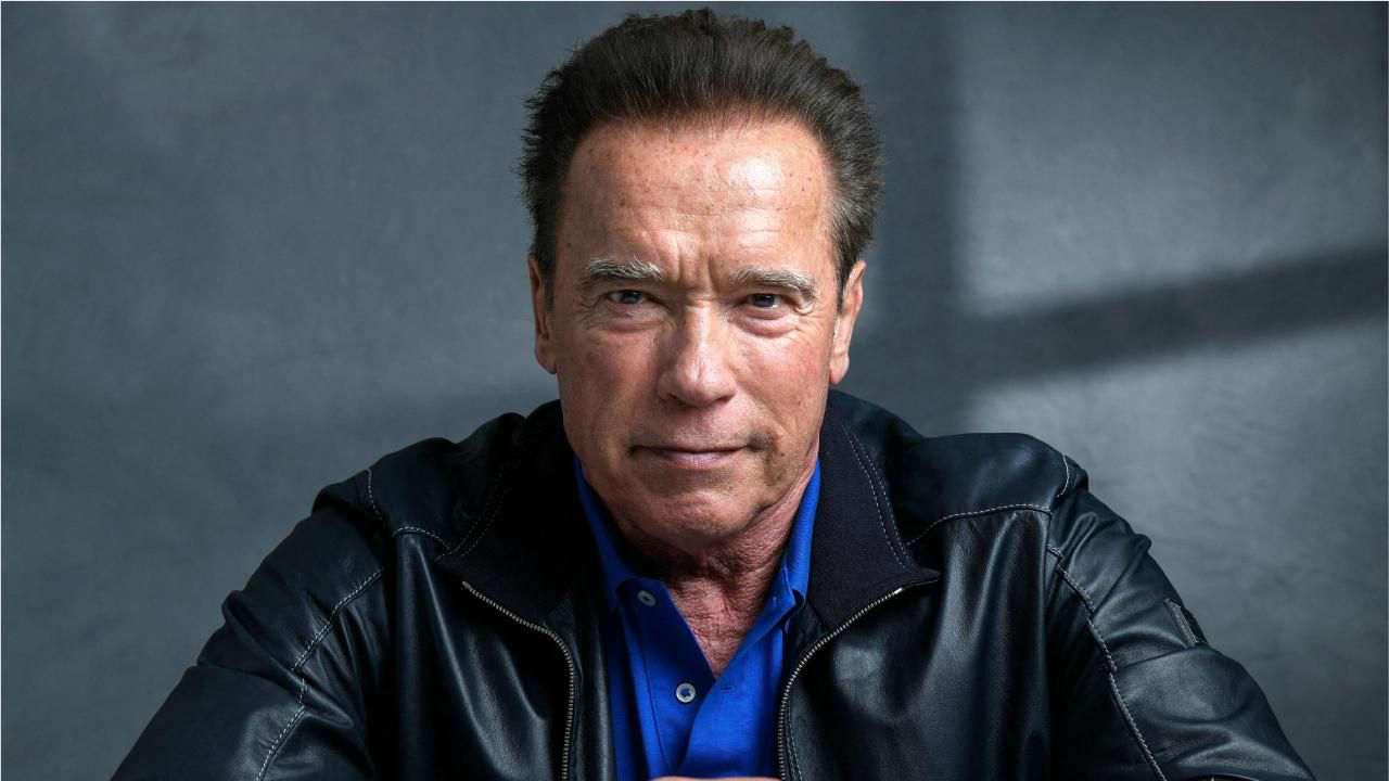 Arnold Schwarzenegger affetta il tacchino con un pugnale e dona 500 tacchini ai poveri