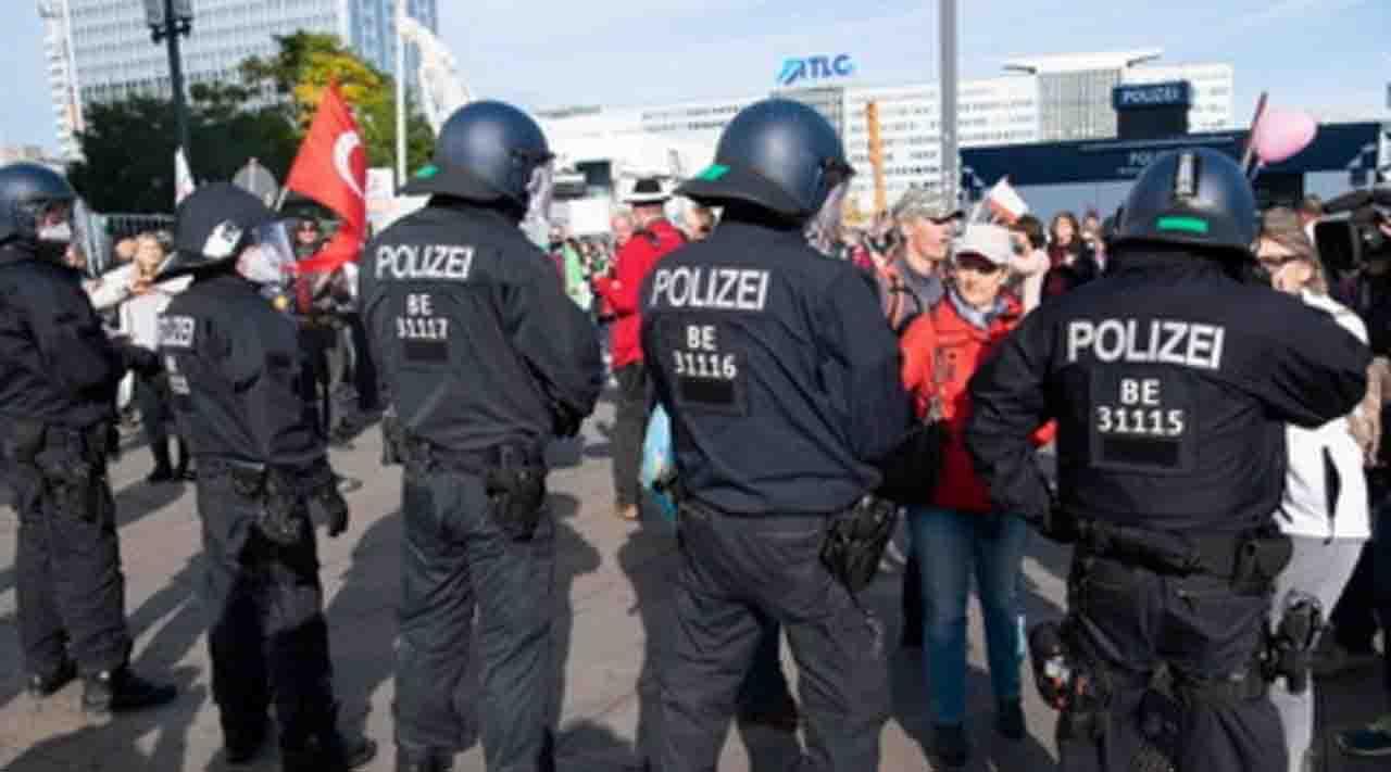 Berlino, proteste violente contro le norme anti-Covid