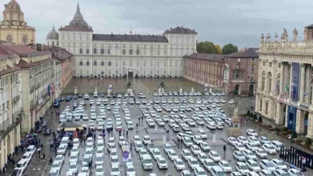 Corteo di taxi a Torino |  con chiusura alle 18 moriamo pure noi