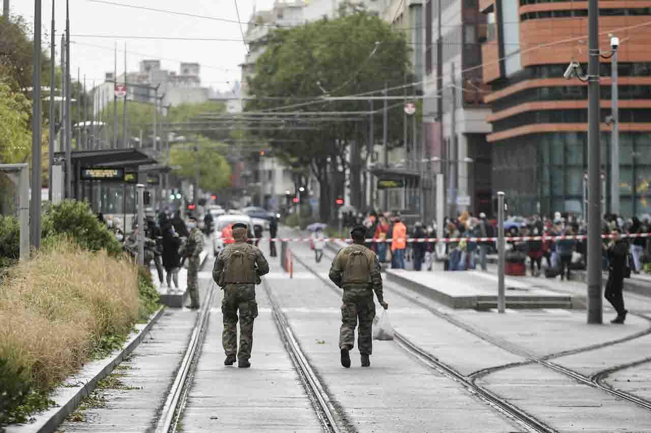 """Una donna minaccia di farsi esplodere in stazione a Lione, ha urlato:""""Allah Akbar"""""""