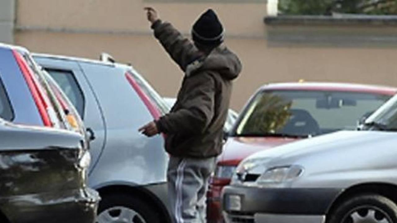"""Scovato parcheggiatore abusivo """"seriale""""con reddito di cittadinanza: Inps revoca beneficio"""
