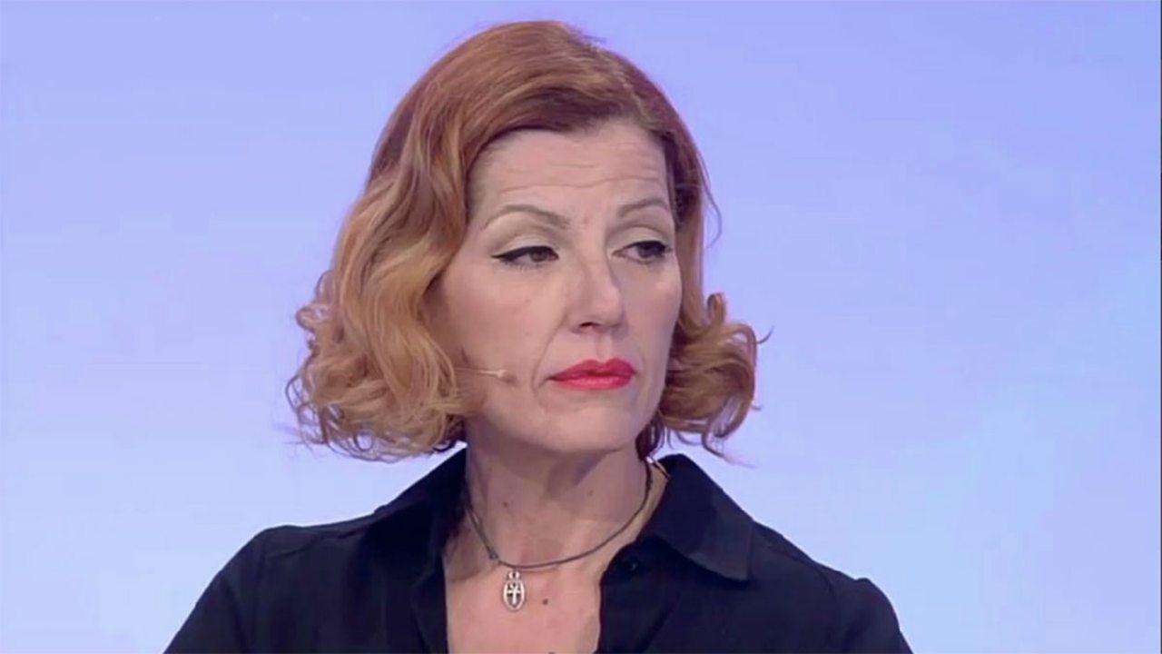 Uomini e Donne, spuntano le foto hot di Tinì Cansino: l'opinionista seminuda è irriconoscibile