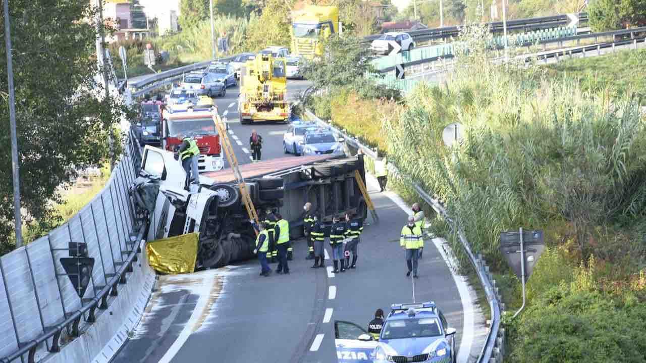Il camion si ribalta:un uomo di 44 anni subisce una morte tremenda [FOTO]