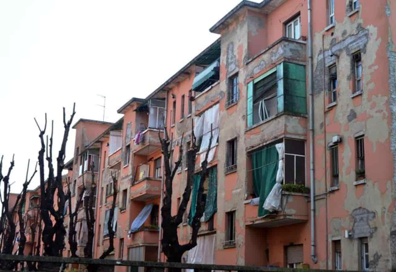 """""""Più di un appartamento popolare su quindici è occupato abusivamente"""", l'indagine che scuote Milano"""