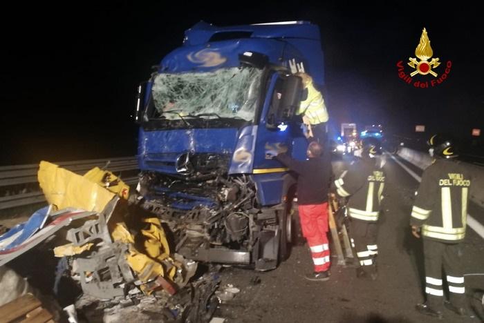 spaventoso incidente tir urta cantiere mobile muore 51enne autista