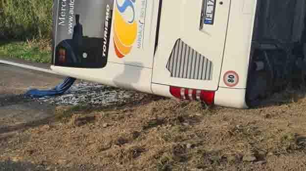 Drammatico incidente: pullman si ribalta, un morto e diversi feriti