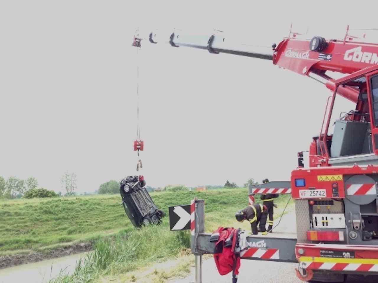 L'auto finisce nel canale, ragazza di 21 anni muore intrappolata