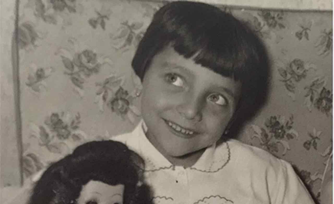 Questa bambina sorridente oggi è una signora della tv: la riconoscete?