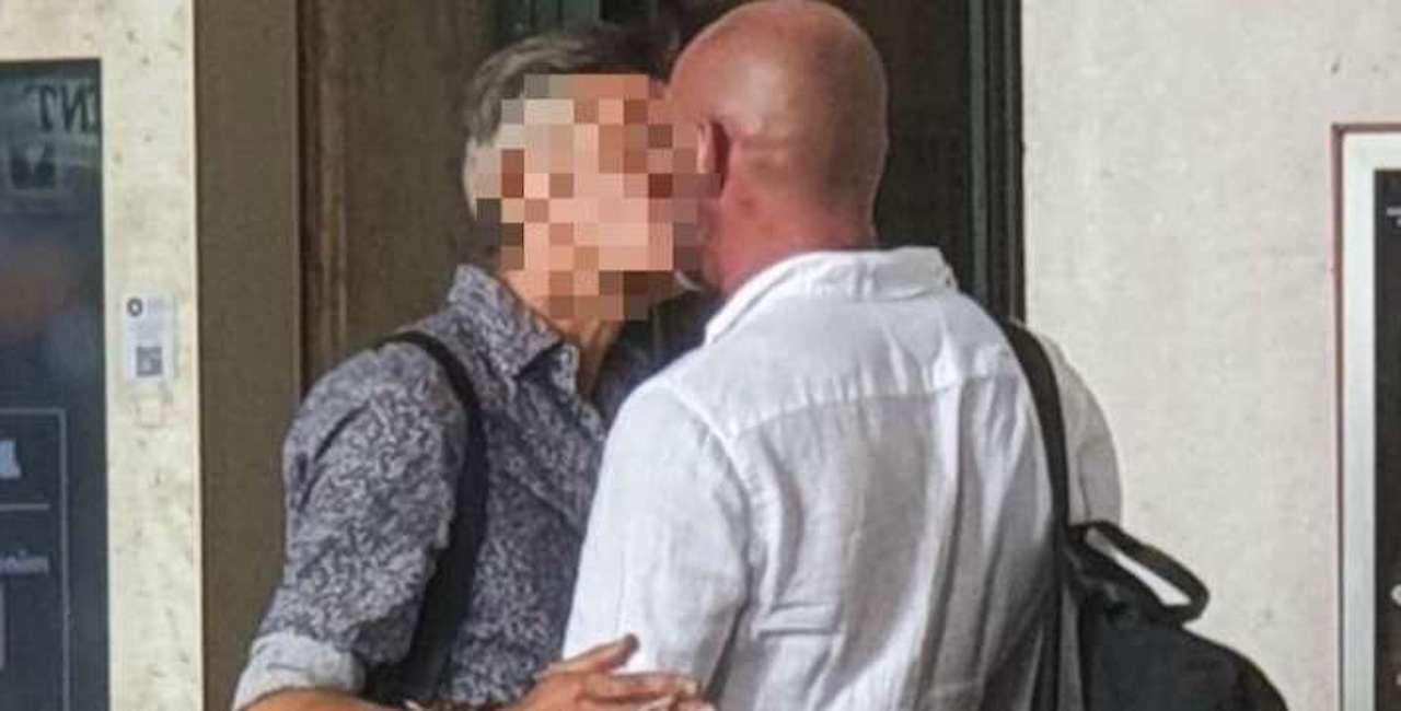 Scoop Dagospia, il noto cantante beccato mentre bacia un uomo