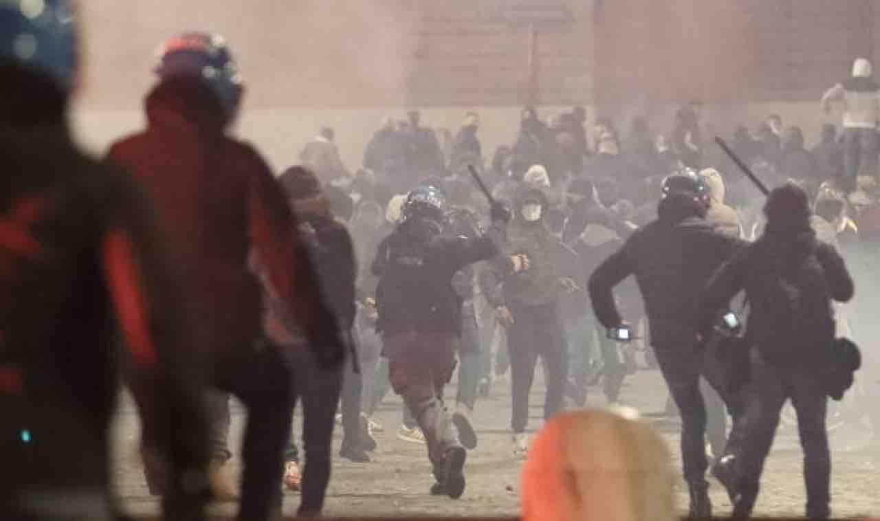 Covid: disordini durante protesta in centro Roma