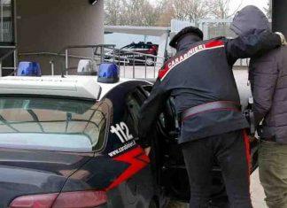 si finge carabiniere per derubare anziano a Torino
