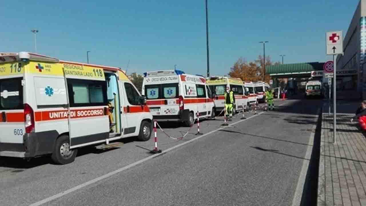Ambulanze con presunti pazienti Covid in fila al pronto soccorso