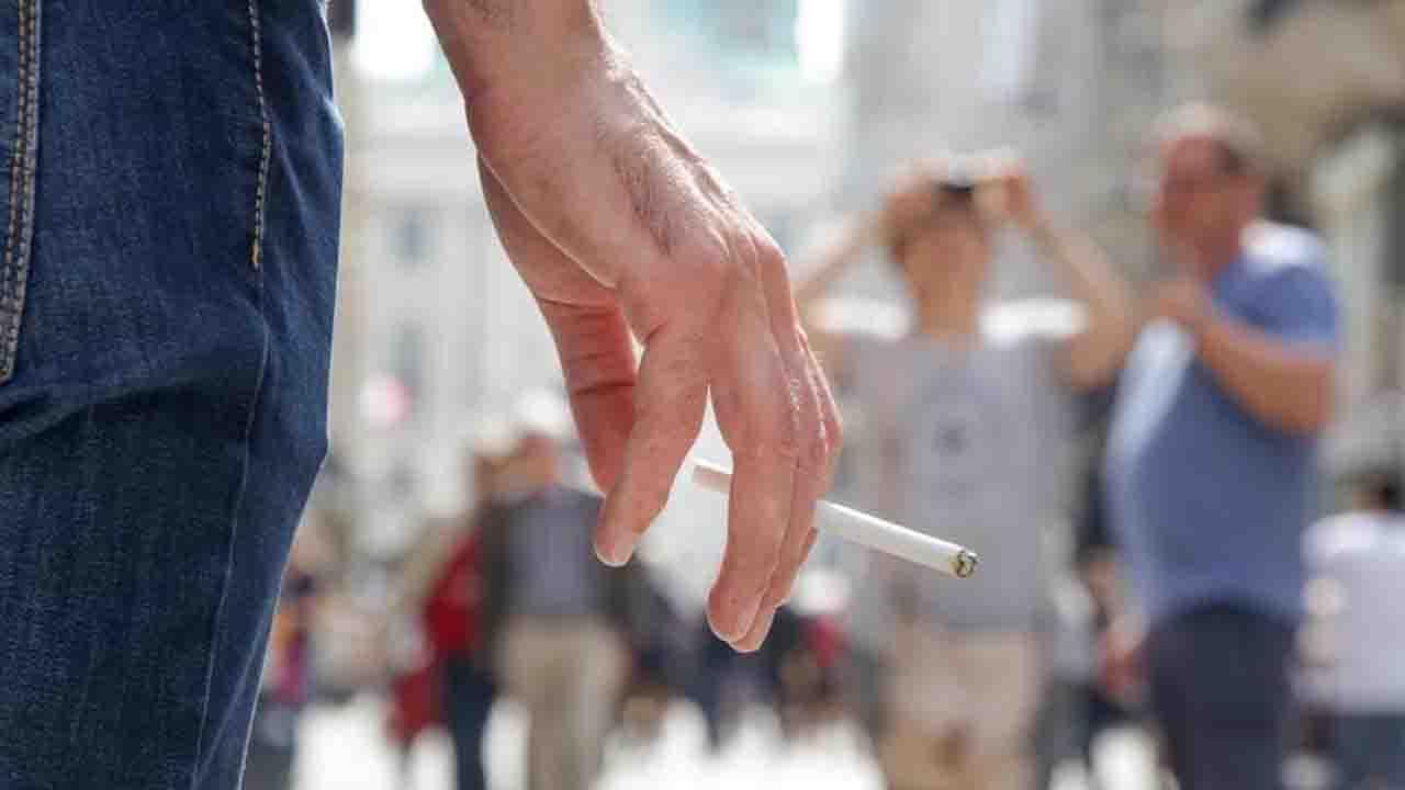 Vietato fumare in strada | ecco le nuove regole e perchè