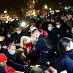 Orrore a Parigi, violento sgombero della polizia: manganellati migranti e giornalisti