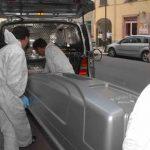 Uccide la compagna e si costituisce con le mani sporche di sangue: arrestato un 33enne