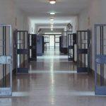 Detenuto conficca una penna in faccia all'agente: quattro i poliziotti in ospedale