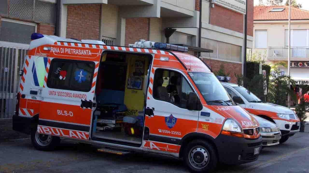 Viene dimessa dall'ospedale e ruba un'ambulanza per tornare a casa