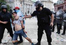 irruzione folla spostato il feretro di Maradona