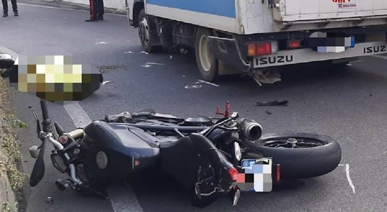 Frontale contro un furgone: rimane incastrato, una morte tremenda