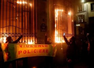 Parigi, scontri durante la manifestazione - foto via Le Parisien