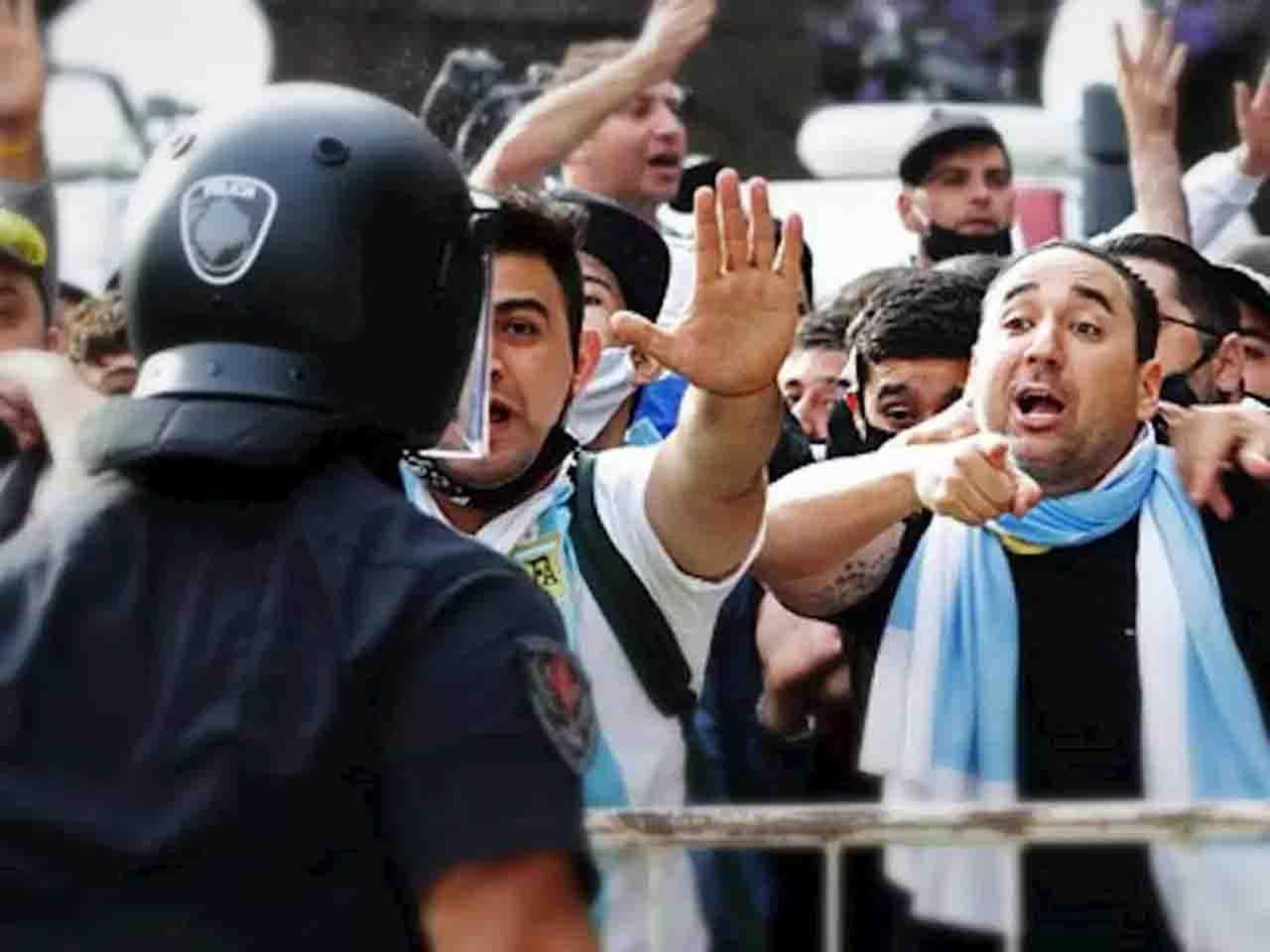 scontri Buenos Aires polizia folla Maradona