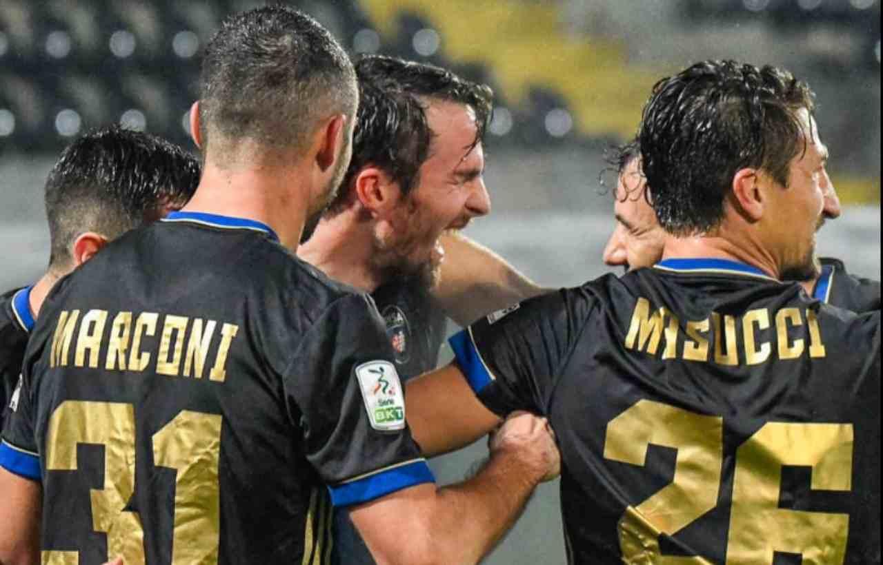 I toscani festeggiano per il gol di Gucher contro il Chievo