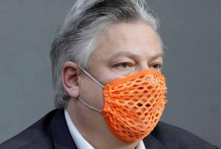 In Parlamento con la mascherina bucata per protesta: il deputato dell'ultradestra è in ospedale per Covid