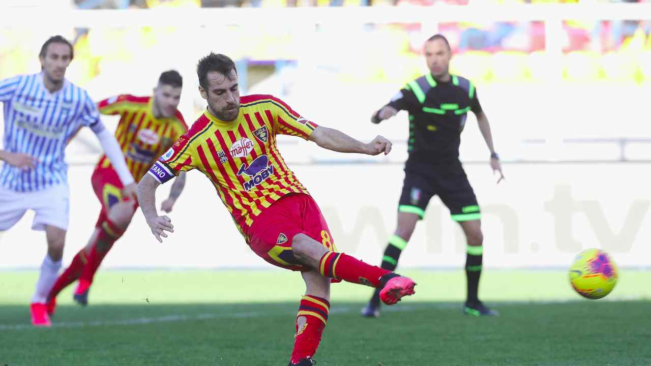 In primo piano: Marco Mancosu del Lecce segna il primo gol della partita con la SPAL su rigore, 15 febbraio 2020 (foto di Maurizio Lagana/Getty Images)