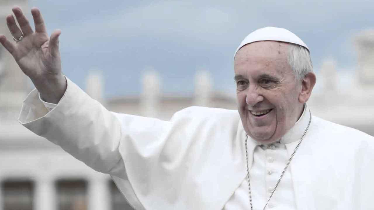 Papa Francesco, secondo 'like' alla foto di una modella