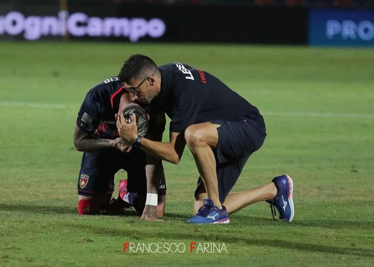 Roberto Occhiuzzi mentre abbraccia Raul Asencio durante l'ultima giornata dello scorso torneo