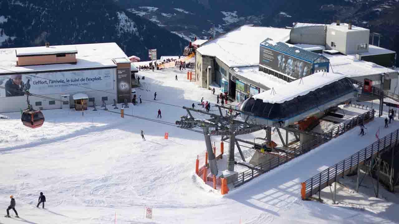 Covid, centinaia di turisti Gb in fuga da quarantena in Svizzera