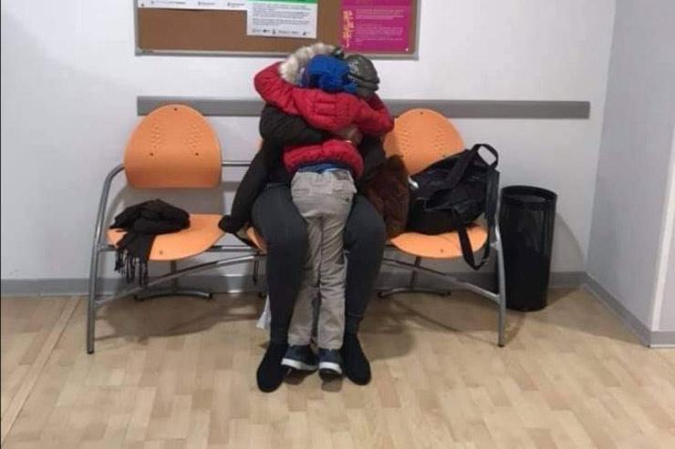abbraccio-madre-figlio-migranti