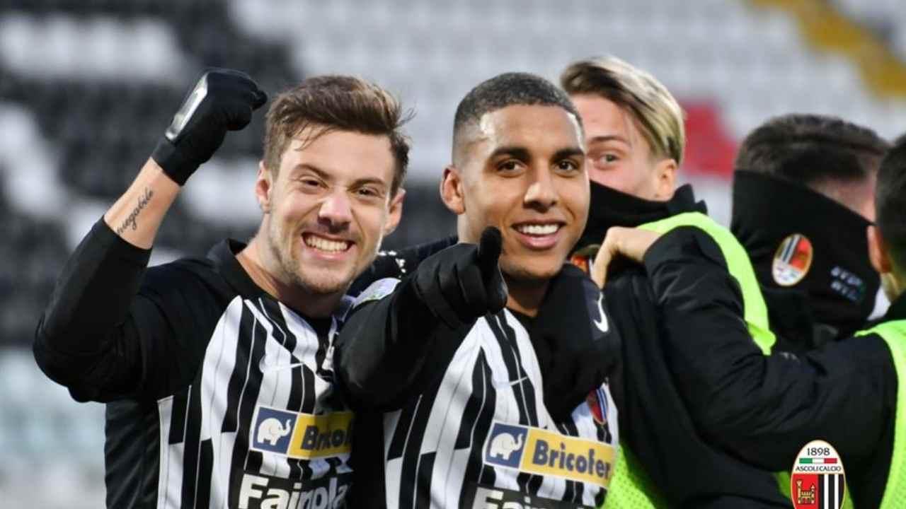 Ascoli, da sinistra: Gabriele Corbo e Abdelhamid Sabiri festeggiano la vittoria sulla SPAL, 27 dicembre 2020 (foto La Presse)