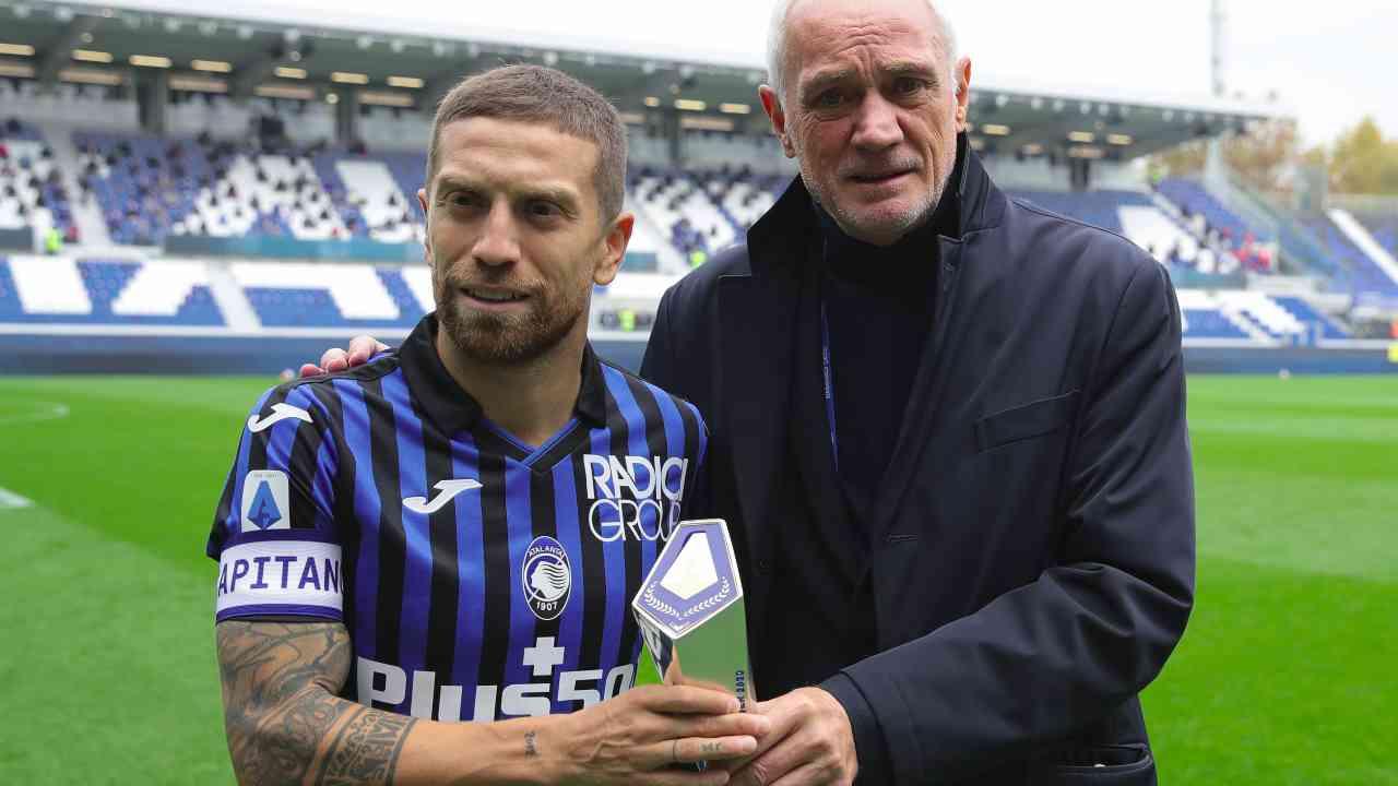 Atalanta, da sinistra: il capitano Papu Gomez riceve il premio di MVP del mese di settembre dalla Lega Serie A e posa con il presidente Antonio Percassi, 24 ottobre 2020 (foto di Emilio Andreoli/Getty Images)